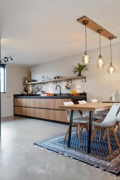 Stoere houte keuken met zwarte omlijsting